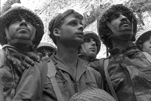 Israeli paratroopers stand in front of the western wall in jerusalem
